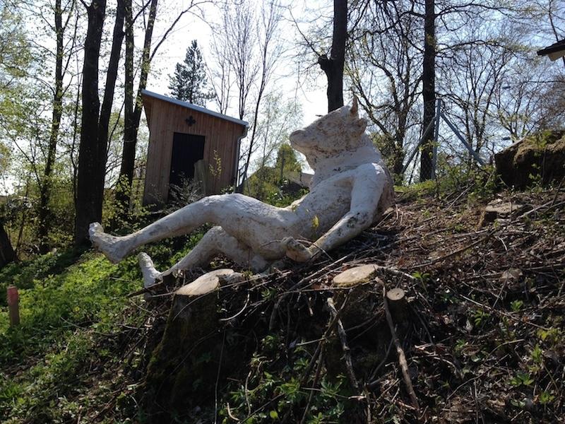Skulpturenfriedhof im Garten des Stellwerks